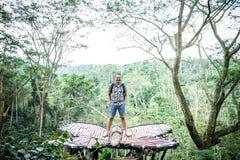 Молодой человек в тропическом лесе тропического острова Бали, Индонезии стоковое изображение rf