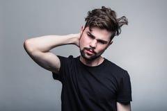 Молодой человек в черный сомневаться Стоковое фото RF