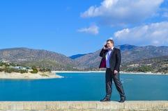 Молодой человек говоря на мобильном телефоне Стоковое Изображение
