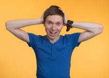 Молодой человек держа его руки за его головой стоковые фото