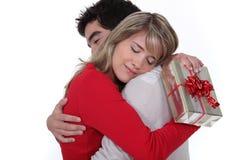 Молодой человек держа подругу Стоковое Изображение