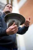 Волонтер с шлемом собирая пожертвование стоковое фото rf