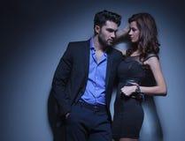 Молодой человек держит женщину и смотрит прочь Стоковое Изображение RF