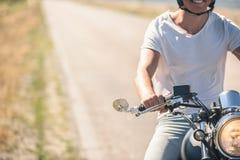 Молодой человек ехать его мотоцилк на открытой дороге Стоковое Изображение