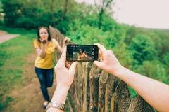 Молодой человек делает фото его подруги Стоковая Фотография