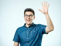 Молодой человек делая жест максимума 5 Стоковое Изображение RF