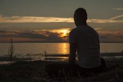 Молодой человек делая йогу работает outdoors Стоковые Фото