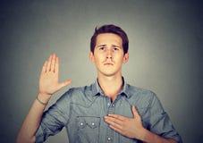 Молодой человек делая обещание стоковое фото rf