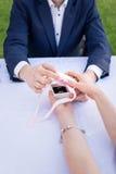 Молодой человек делая предложение замужества Влюбленность, пара, дата, wedding концепция Стоковое Изображение RF