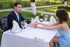 Молодой человек делая предложение замужества Влюбленность, пара, дата, wedding концепция Стоковые Фото