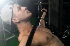 Молодой человек делая тяжеловесную тренировку для задней части Стоковые Изображения RF