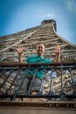 Молодой человек делит восторг Эйфелевой башни посещений стоковые изображения rf