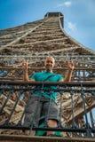 Молодой человек делит восторг Эйфелевой башни посещений стоковое изображение