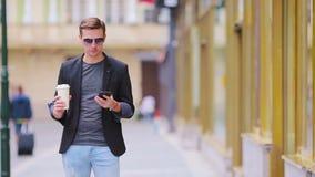 Молодой человек ждать его подругу outdoors в euroean городе Счастливые любовники наслаждаясь городским пейзажем с известными орие видеоматериал