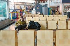 Молодой человек ждать самостоятельно на авиапорте Стоковая Фотография