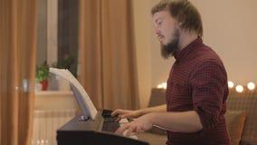 Молодой человек играя рояль видеоматериал