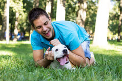 Молодой человек играя с его собакой стоковое фото rf