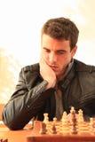 Молодой человек играя шахмат стоковое фото rf