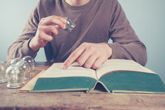 Молодой человек изучая придавая форму чашки терапию Стоковое фото RF