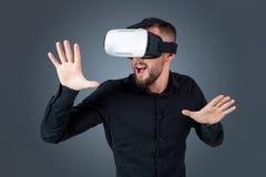 Молодой человек используя стекла шлемофона VR Стоковая Фотография
