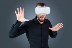 Молодой человек используя стекла шлемофона VR Стоковые Фотографии RF