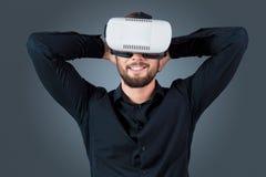Молодой человек используя стекла шлемофона VR Стоковое фото RF