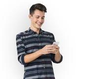 Молодой человек используя улыбку телефона счастливую Стоковые Фото