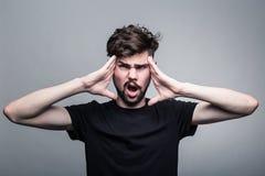 Молодой человек испытывает интенсивную головную боль Стоковое Изображение RF