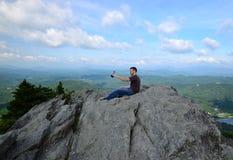 Молодой человек и горы Стоковое Фото