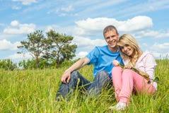 Молодой человек и девушка на луге Стоковая Фотография RF