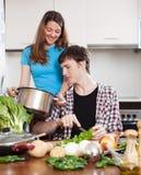 Молодой человек и женщина варя в кухне Стоковое Фото
