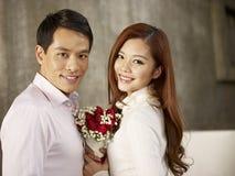Молодой человек и женщина в влюбленности стоковые фотографии rf