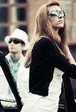 Молодой человек и женщина в конфликте на ретро автомобиле Стоковые Фотографии RF
