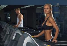 Молодой человек и женщина в спортзале Стоковая Фотография RF