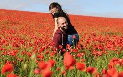 Молодой человек и женщина имея дату в поле маков Стоковое Изображение RF