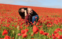 Молодой человек и женщина имея дату в поле маков Стоковые Фото