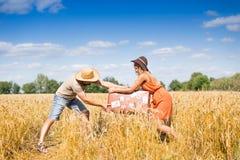 Молодой человек и женщина имея потеху в пшенице лета Стоковое фото RF