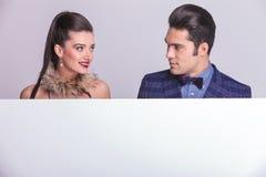 Молодой человек и женщина моды смотря один другого Стоковое Фото