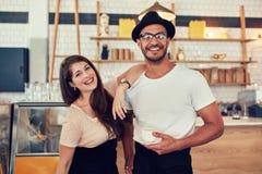 Молодой человек и женщина на кафе с чашкой кофе Стоковое Изображение