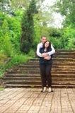 Молодой человек и женщина обнимают в парке. Стоковая Фотография