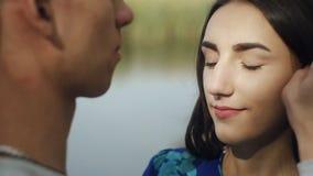 Молодой человек и женщина пар обнимая в внешнем влюбленности романтичное с природой леса на стиле моды предпосылки ультрамодном видеоматериал