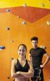 Молодой человек и женщина представляя в взбираясь спортзале Стоковое Фото
