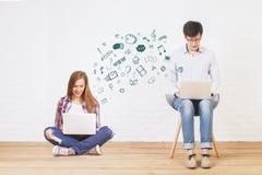 Молодой человек и женщина связывая Стоковые Изображения