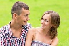 Молодой человек и женщина смотря один другого Стоковые Изображения