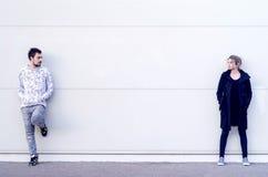 Молодой человек и женщина смотря один другого Стоковая Фотография RF