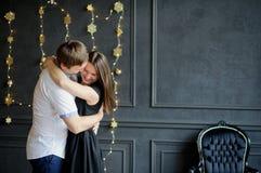 Молодой человек и женщина стоят обнимающ Стоковые Фотографии RF
