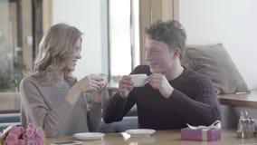 Молодой человек и женщина flirting друг с другом на романтичной дате акции видеоматериалы