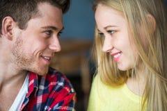 Молодой человек и кофе женщины выпивая в ресторане Молодой человек и кофе женщины выпивая на дате Человек и женщина на дате Стоковые Изображения RF