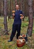 Молодой человек и найденный гриб Стоковое Фото
