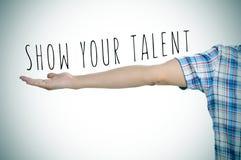 Молодой человек и текст показывают ваш vignetted талант, Стоковое Изображение RF